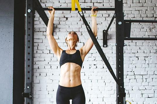 Exercice Street Workout - Traction avec élastique